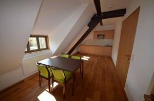 Wohnbereich in einer Dachgeschoßwohnung